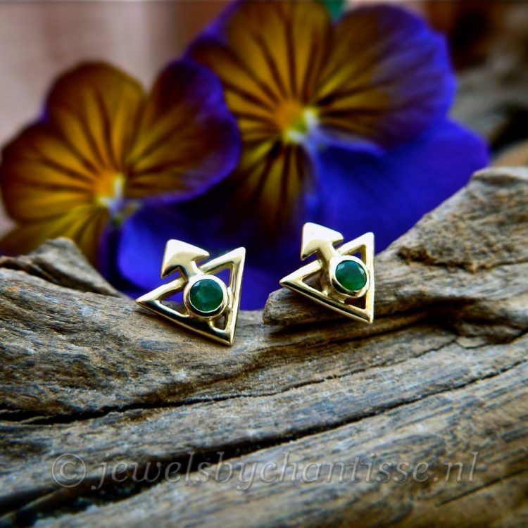 Geelgouden Oorstekers met Smaragd
